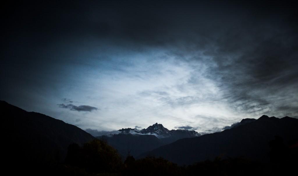 montagnes sur la chaîne des montagnes du «Mount Cook»